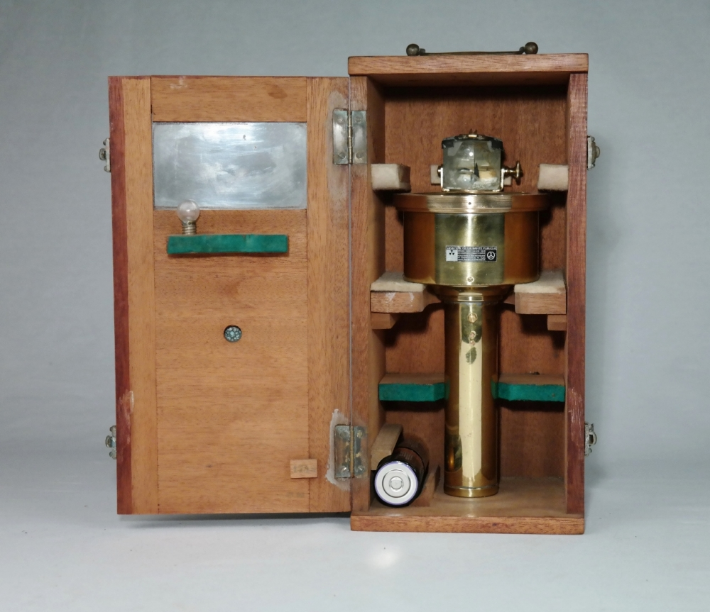Hand Bearing Compass for Seamen, Fisherman and Pleasuretrip – Vion, Paris, early 20th century